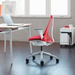 красное офисное кресло