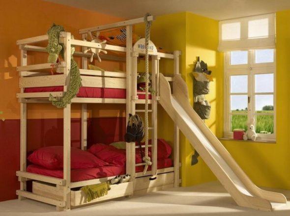 деревянная двухуровневая кроватка с горкой
