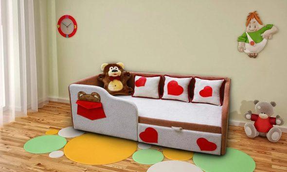 кровать с бортиками с сердечками