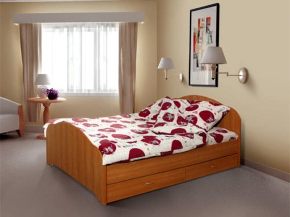 яркая постель на кровати