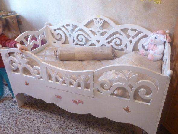 белая кроватка с бортиками