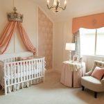 кроватка детская в розовой комнате