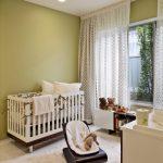 кроватка детская в зеленой спальне