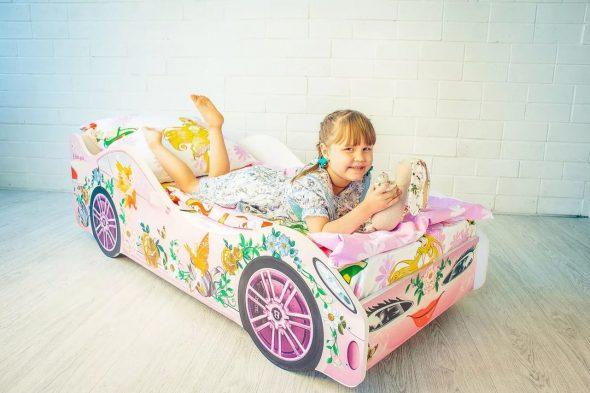 девочка на кроватке машинке