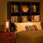 Популярные навесные полки над кроватью