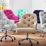 офисные кресла разных цветов
