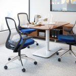 синие офисные кресла