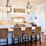 плетеные барные стулья на кухне