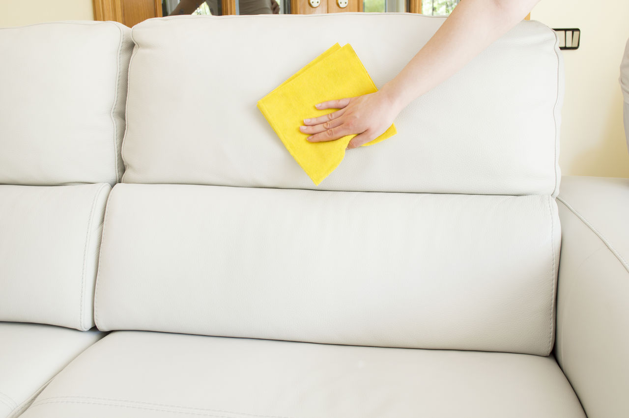 Очистить обивку дивана в домашних условиях