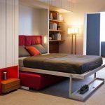 подъемная кровать с красным диваном