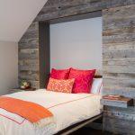 подъемная кровать в деревянной нише