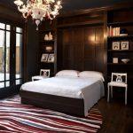 подъемная кровать в коричневом шкафу