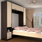 подъемная кровать в небольшой комнате