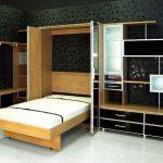 подъемная кровать в шкафу с зеркалом