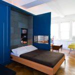 подъемная кровать в синем шкафу