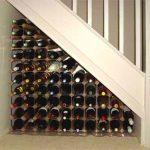 полки для хранения вина под лестницей