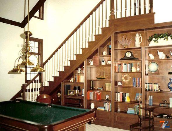 полки для сувениров под лестницей