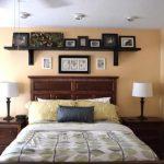 Полки настенные на кроватью фото