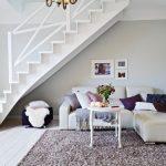 пространство для отдыха под лестницей
