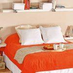Простые белые полки над кроватью
