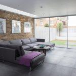 серый диван уголок в интерьере гостиной
