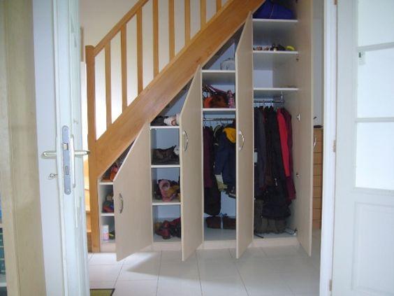 шкаф под лестницей с распашными дверцами