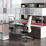 светлое офисное кресло
