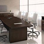 белые офисные кресла