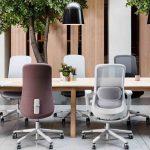 разноцветные офисные кресла