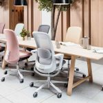 современные офисные кресла разных цветов