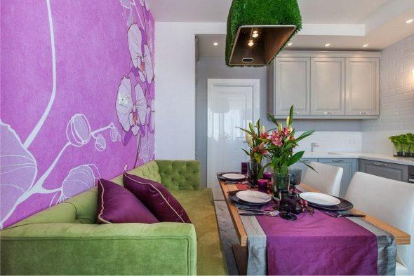 стены цвета фуксии зеленый диван