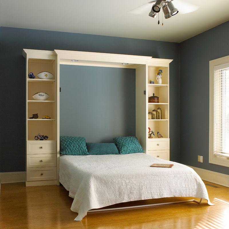Складная кровать в спальне