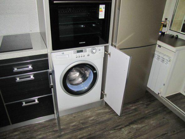 стиральная машина на кухне в шкафу