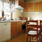 стиральная машина в большой кухне
