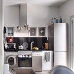 стиральная машина в углу узкой кухни