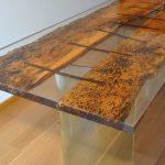 стол из дерева и стекла