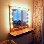 гримерный столик из дерева с подсветкой
