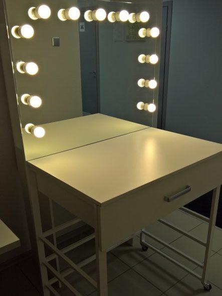 светлый гримерный столик с зеркалом
