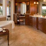 столик гримерный в ванной с большим зеркалом