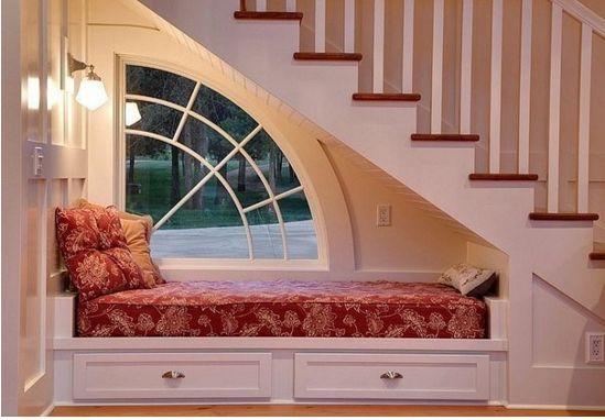 место для отдыха под лестницей