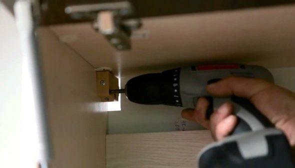 установка шкафчиков на планку