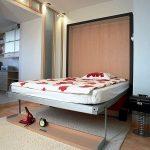 Вертикальная откидная кровать в стене