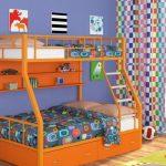 оранжевая кровать в два уровня