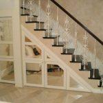 ящики с зеркальными дверцами под лестницей