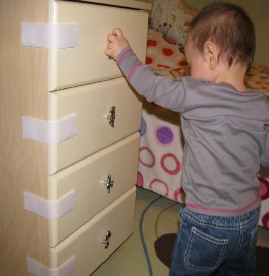 закрыть ящики от ребенка