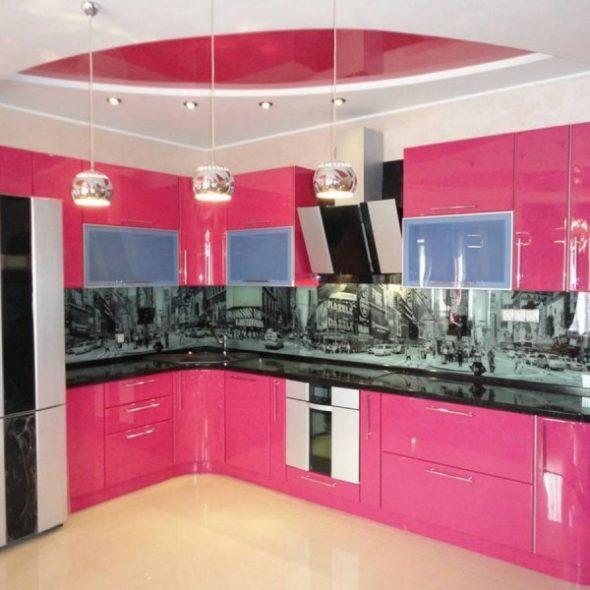 Кухонный гарнитур, выполненный в ярком розовом цвете