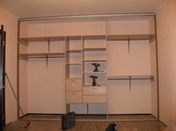 Особенности сборки встроенного шкафа