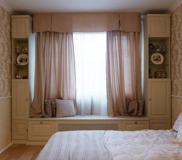 Шкаф вокруг окна в спальне