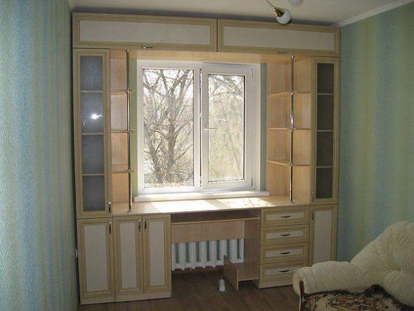 шкафы вокруг окна