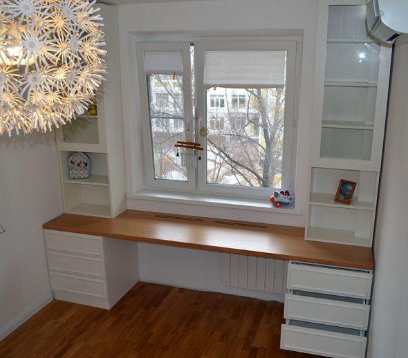 Стол и шкаф вокруг окна